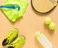 Scherzt Tennismaterial auf Sahnehintergrund Sport, Eignung, Tennis, gesunder Lebensstil, Sportmaterial Tennisschläger, Kalktraine lizenzfreie stockbilder
