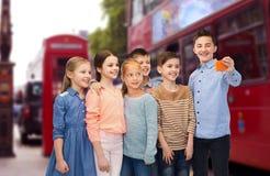 Scherzt Unterhaltungsselfie durch Smartphone über London-Stadt Stockbilder