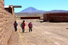 Scherzt von der Schule in atacama Sans Pedro De nach Hause gehen Lizenzfreie Stockfotos