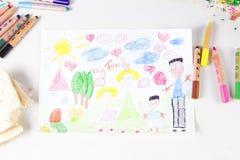 Scherzt Zeichnung der ethnisch gemischten Familie und der farbigen Bleistifte auf woode Lizenzfreies Stockbild