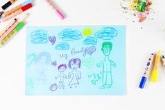 Scherzt Zeichnung der Familie und der farbigen Bleistifte auf Holztisch Lizenzfreies Stockfoto