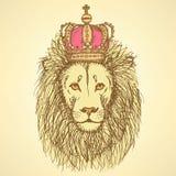Schets leuke leeuw met kroon in uitstekende stijl Stock Foto's