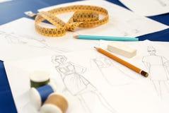 Schets met potloden op kleermakerslijst royalty-vrije stock foto