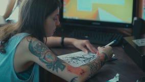 Schets toekomstige tatoegeringen Het meisje met een tatoegering op haar wapen stock footage