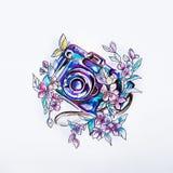 Schetscamera in mooie purpere bloemen in waterverf royalty-vrije stock afbeelding