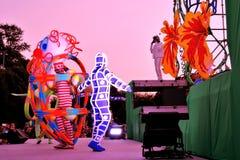 Schetsen in ruimte De prestaties van het straattheater in het park van Gorky in Moskou