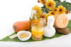 Scheuern Sie Karotten, Honig, Olivenöl für empfindliche Haut, addieren Sie Zitronenbadekuren. Stockfotos