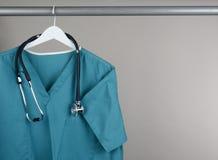 Scheuert sich mit Stethoskop auf Aufhänger horizontal Stockbild