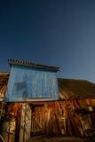 Scheune auf Hintergrund des Himmels Stockfotos
