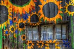 Scheune gemalt mit Sonnenblumen Stockfotos