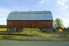 Scheune im Land unter blauen Himmeln stockfotos