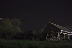 Scheune nachts mit Sternen stockfotografie