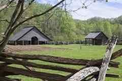 Scheune nahe bei einem gepflogenen Feld auf dem Gebirgsbauernhof lizenzfreie stockfotografie