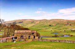 Scheune nahe Fluss Ure in den Yorkshire-Tälern Stockbilder