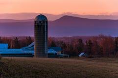 Scheune und Silo auf einem Bauernhof im Shenandoah Valley bei Sonnenuntergang, mit Stockbilder