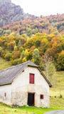 Scheune unter den Blättern des Herbstes Lizenzfreie Stockfotos