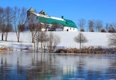 Scheunen-Schnee-einfrierender Teich Lizenzfreies Stockfoto