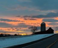 Scheunen-Sonnenuntergang stockbild
