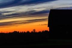Scheunen-Sonnenuntergang Lizenzfreies Stockfoto