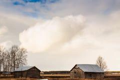 Scheunen unter dem Frühlings-Himmel Lizenzfreies Stockfoto