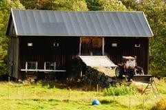 Scheunenwirtschaftsgebäude und Traktor, Norwegen Stockfotografie