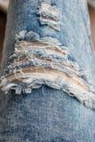 Scheur in oude uitgeputte jeans Royalty-vrije Stock Foto's