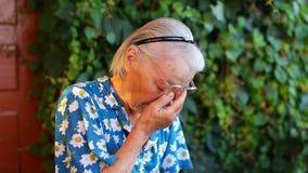 Scheuren van de schreeuw de Bejaarde oudere vrouw stock footage