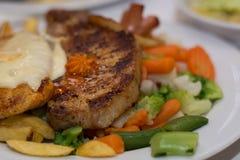 Scheve sappige varkenskotelet en groenten Stock Foto