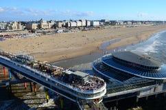SCHEVENINGEN, L'AIA, PAESI BASSI - 14 agosto 2016: Vista della spiaggia e del pilastro famoso in una località di soggiorno modern Fotografia Stock