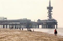 Scheveningen peir en mensen op het strand Royalty-vrije Stock Foto