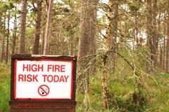 Séchez la forêt des montagnes avec le signe de risque d'incendie Photographie stock libre de droits