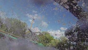 Schiacci giù in acqua dalle montagne russe dell'acqua in parco di divertimenti spruzzo attrazione intrattenimento archivi video