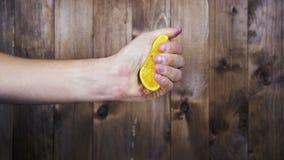 Schiacci a mano il succo dall'arancia Movimento lento video d archivio