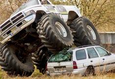 Schiacciamento del camion di mostro alla vecchia automobile durante il Motoshow in Polonia Immagini Stock Libere da Diritti