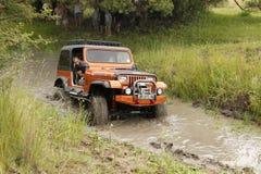 Schiacciamento Jeep Wrangler Off-Roader beige V8 Fotografie Stock Libere da Diritti