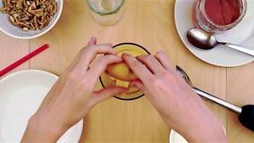Schiacciando il succo di limone nel miscelatore per un frullato sano e nutriente stock footage