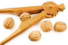 Schiaccianoci di legno intagliate oggetto d'antiquariato con le noci fotografie stock libere da diritti