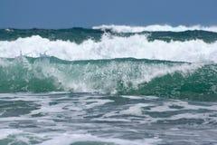 Schiacciare ondeggia alla spiaggia Nuova Zelanda di Piha Immagine Stock