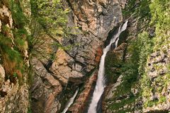 Schiaffo Savica della cascata nel parco nazionale di Triglav vicino al lago Bohinj, Slovenia Fotografie Stock