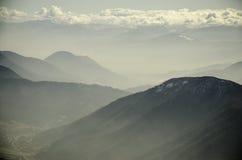 Schicht Berge im Nebel Lizenzfreie Stockfotos