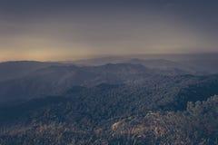 Schicht Berge und Nebel während des Sonnenuntergangs, Bergnebel, Länder lizenzfreie stockfotografie