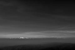 Schicht Berge und Nebel während des Sonnenuntergangs, Bergnebel, Länder stockfotografie