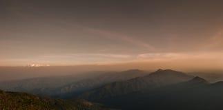 Schicht Berge und Nebel während des Sonnenuntergangs, Bergnebel, Länder stockbild