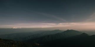 Schicht Berge und Nebel während des Sonnenuntergangs, Bergnebel, Länder lizenzfreies stockfoto