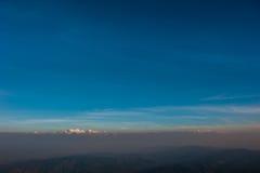 Schicht Berge und Nebel während des Sonnenuntergangs, Bergnebel, Länder lizenzfreies stockbild