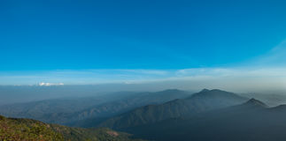 Schicht Berge und Nebel während des Sonnenuntergangs, Bergnebel, Länder lizenzfreie stockbilder