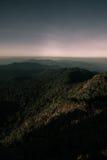 Schicht Berge und Nebel während des Sonnenuntergangs, Bergnebel, Länder lizenzfreie stockfotos
