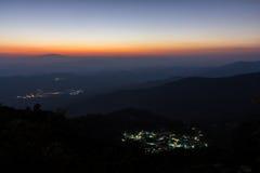 Schicht des Berges und des kleinen Dorfs stockfotografie