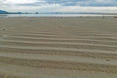 Schicht des Sandes weil Welle und Gezeiten Hintergrundhimmel und -meer stockfoto