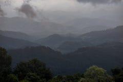 Schicht Gebirgszug mit nebeligem morgens lizenzfreie stockfotografie